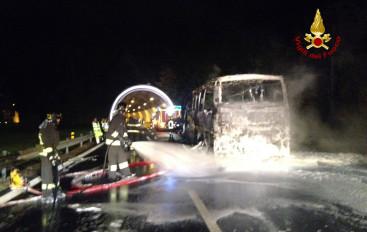 Bus a fuoco sull'autostrada: paura per 30 operai spezzini