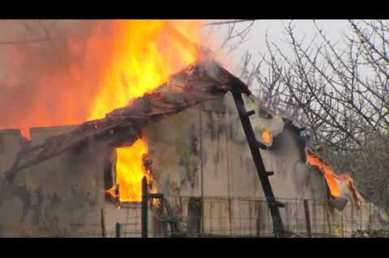 Vezzano Ligure, incendio distrugge una casa