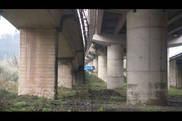 Fornola, auto vola dal raccordo autostradale e finisce su un terrapieno